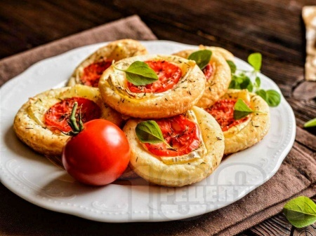Лесна домашна пица от бутер тесто с домати и сирене камамбер - снимка на рецептата